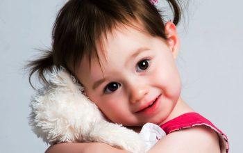 Süßes Kleinkind mit unschuldigem Blick